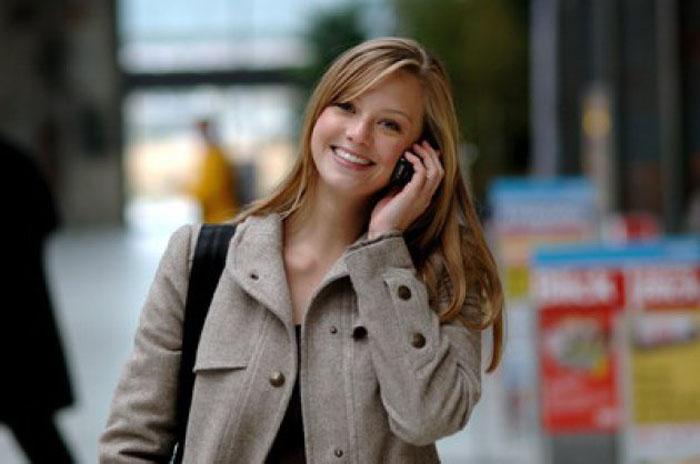rubia-hablando-por-telefono-movil